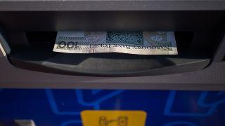 Cuánto me puede cobrar mi banco por sacar dinero en otro país