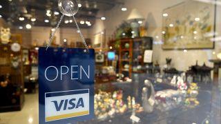 ¿Es mejor sacar dinero en el extranjero o pagar con la tarjeta?