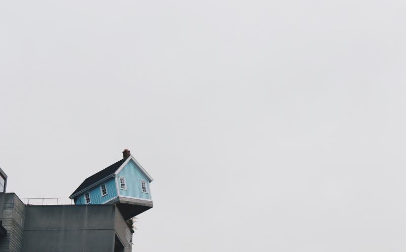 Una casa a punto de precipitarse al vacío