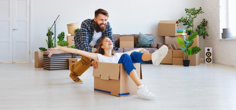 Una pareja se muestra feliz por subrogar su casa