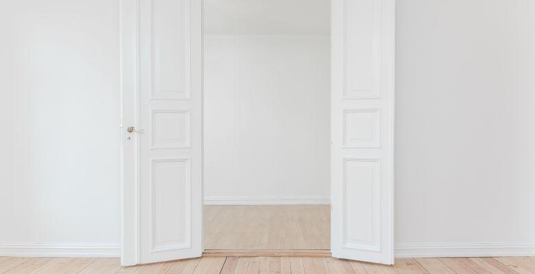 Puertas dentro del interior de una vivienda