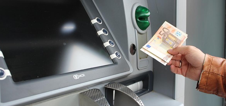 ING, Bankinter, Ibercaja, Kutxabank y Abanca, las entidades con los cajeros más baratos